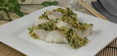Паровая рыба с зеленым луком