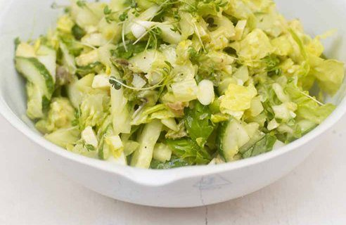Зеленый салат с луком