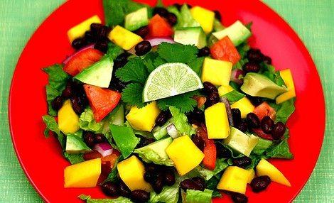 Салат из авокадо и черной фасоли