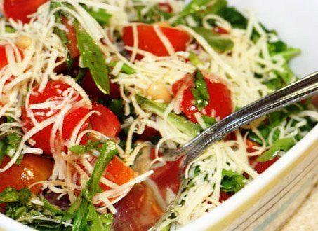 Салат из рукколы с авокадо и помидорами-черри
