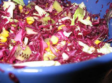 Салат из дайкона и моркови с краснокочанной капустой