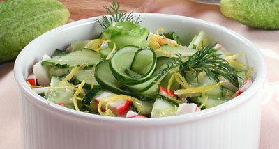 Салат из свежих огурцов с крабами