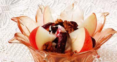 Салат с орехами и финиками
