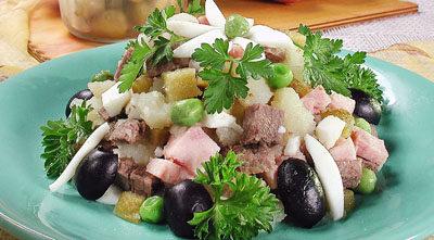 Салат мясной с маслинами