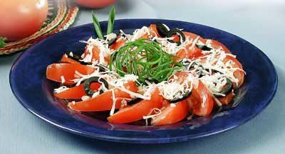Салат из помидоров с сыром и маслинами