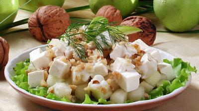 Салат фруктовый с орехами и сыром