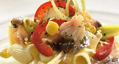Салат с макаронами и рыбой