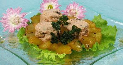 Салат из гусиной печени с ананасовым соусом
