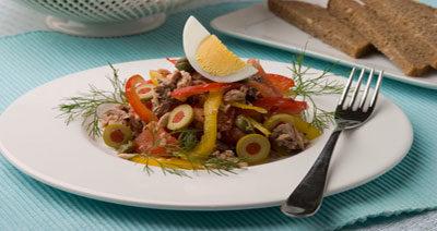 Салат с тунцом и оливками