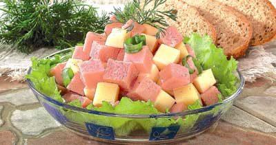 Салат из ветчины и сыра