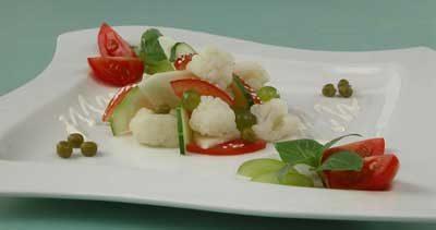 Салат из цветной капусты с яблоками и виноградом