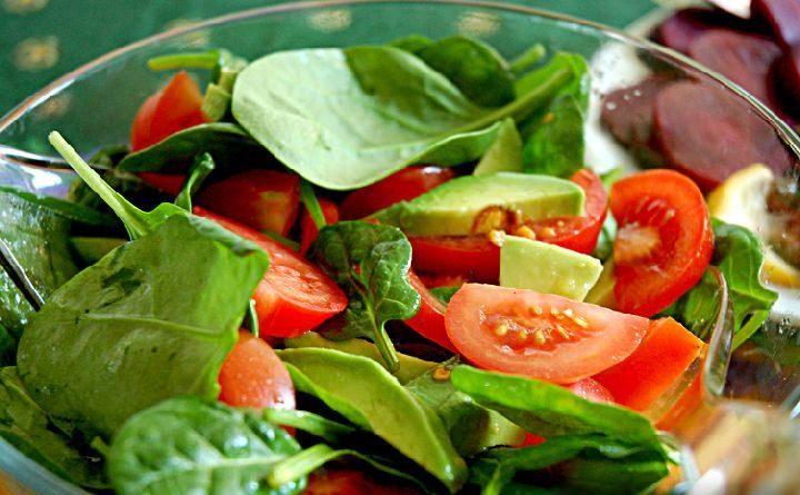 Салат из помидоров с авокадо и свекольными листьями
