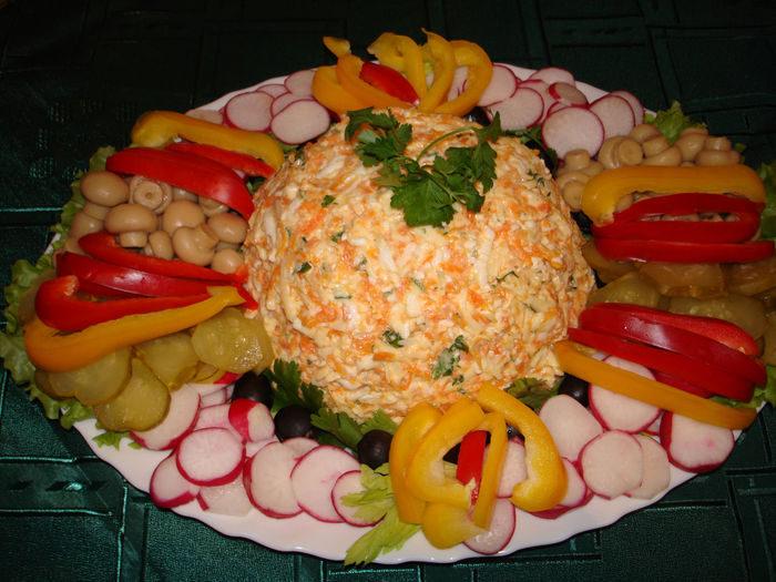 Салат сырный с овощами